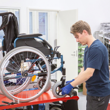 kuva pyörätuolin apuvälinehuollosta