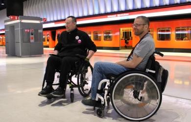 Apuvälinekummit metro-oppaina
