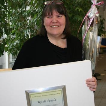 Kirsti Pesolalle on myönnetty Kuuloliiton Herkällä korvalla -palkinto