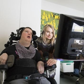 CP-vammainen radiotoimittaja rakastaa tehdä musiikkihaastatteluja